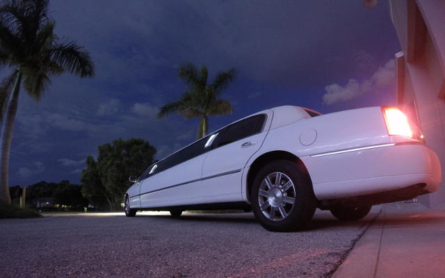 lincoln stretch limo white